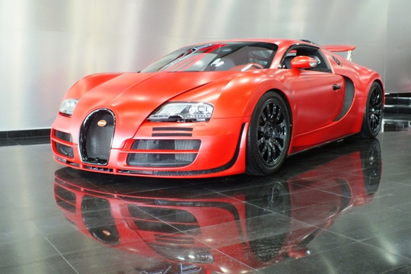 you 39 ve never seen a bugatti veyron as bright as this gtspirit. Black Bedroom Furniture Sets. Home Design Ideas