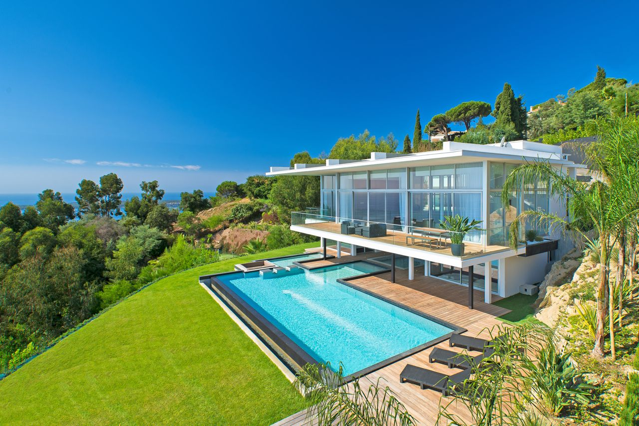 9 6 million villa with panoramic views of the french for Villa de luxe contemporaine