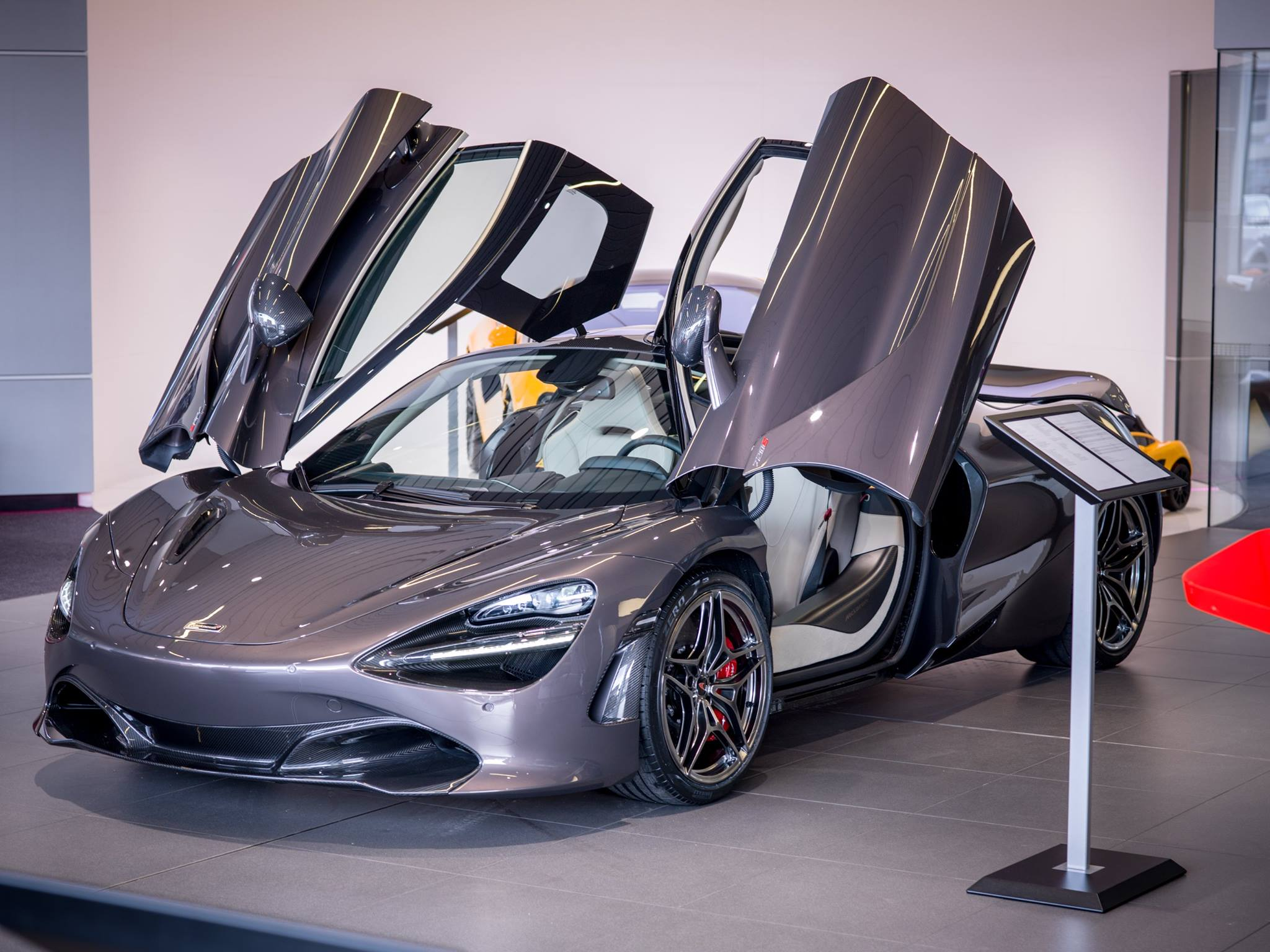 first mclaren 720s rolls off the production line. Black Bedroom Furniture Sets. Home Design Ideas