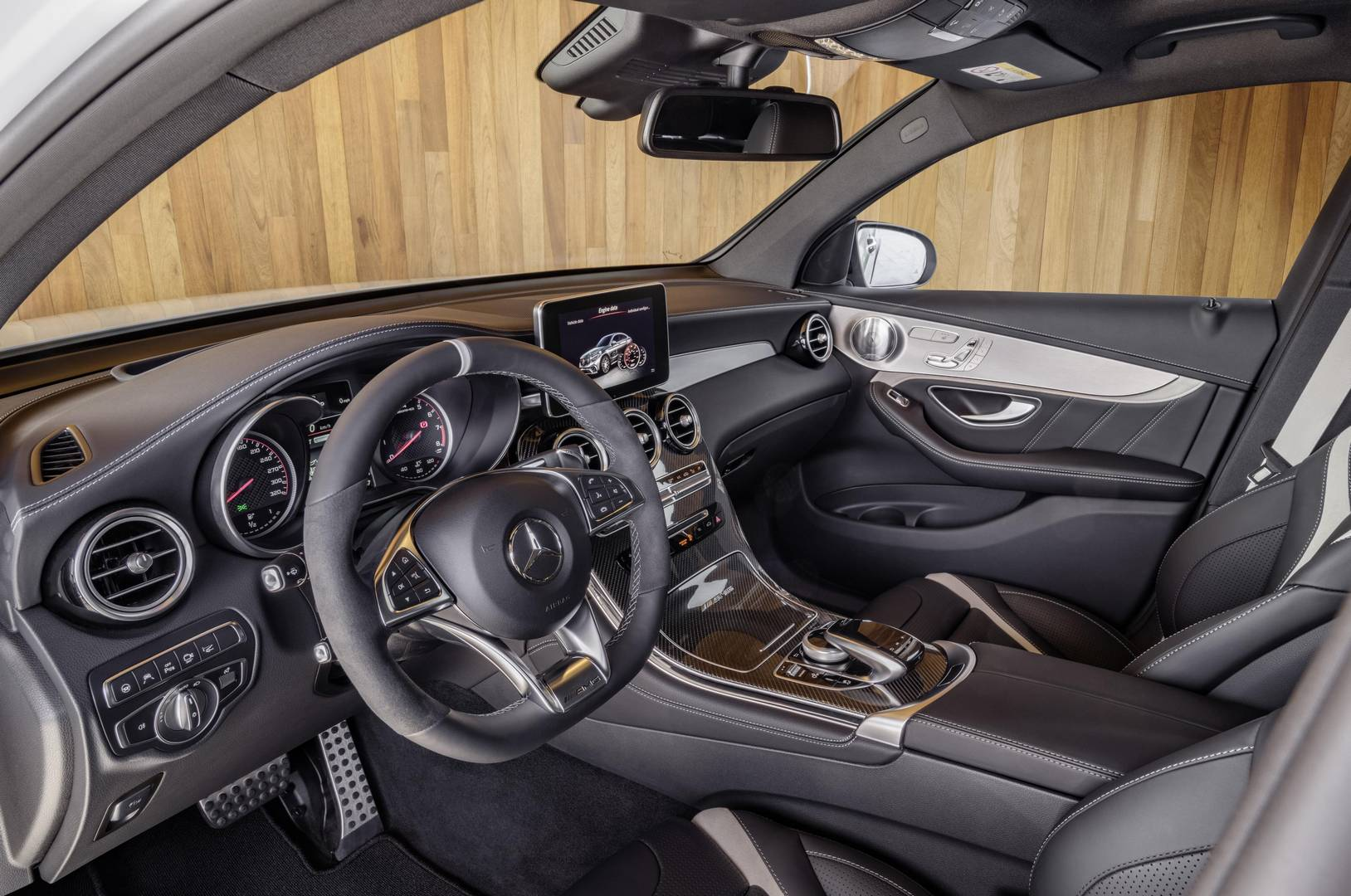 Official 2018 mercedes amg glc 63 and glc 63 coupe gtspirit for Interieur foto s