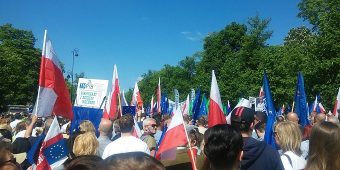 KOD_demonstration,_Warsaw_May_7_2016