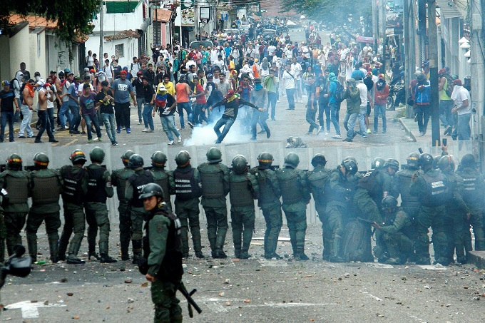 venezuela-protests showing authority with guns