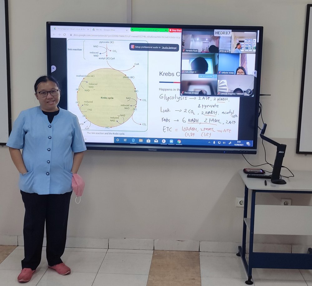 Suyanti teaches Biology to her students remotely.