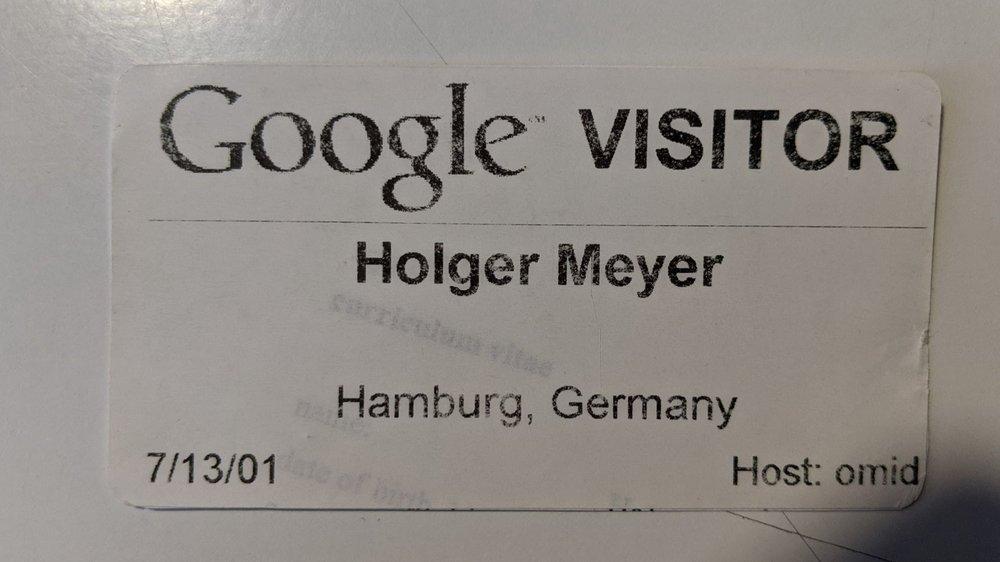 Ein Foto von einem Besucherausweis mit dem Google Logo und dem Namen Holger Meyer