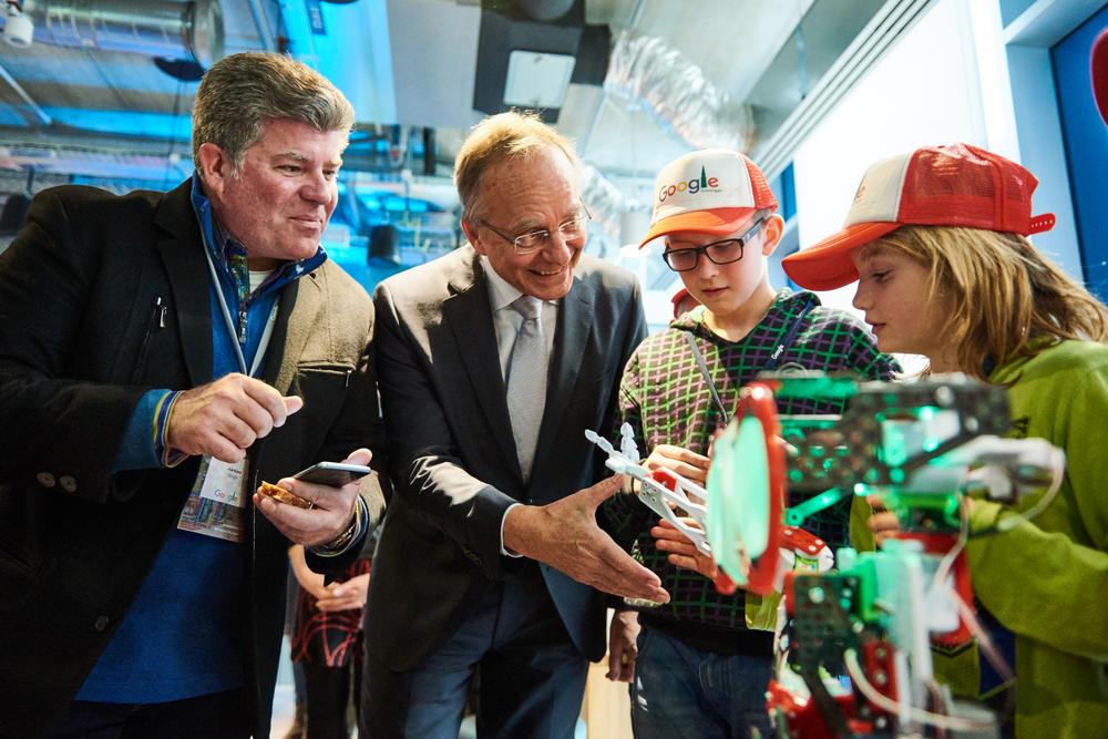 Minister Kamp at Eemshaven datacenter NL