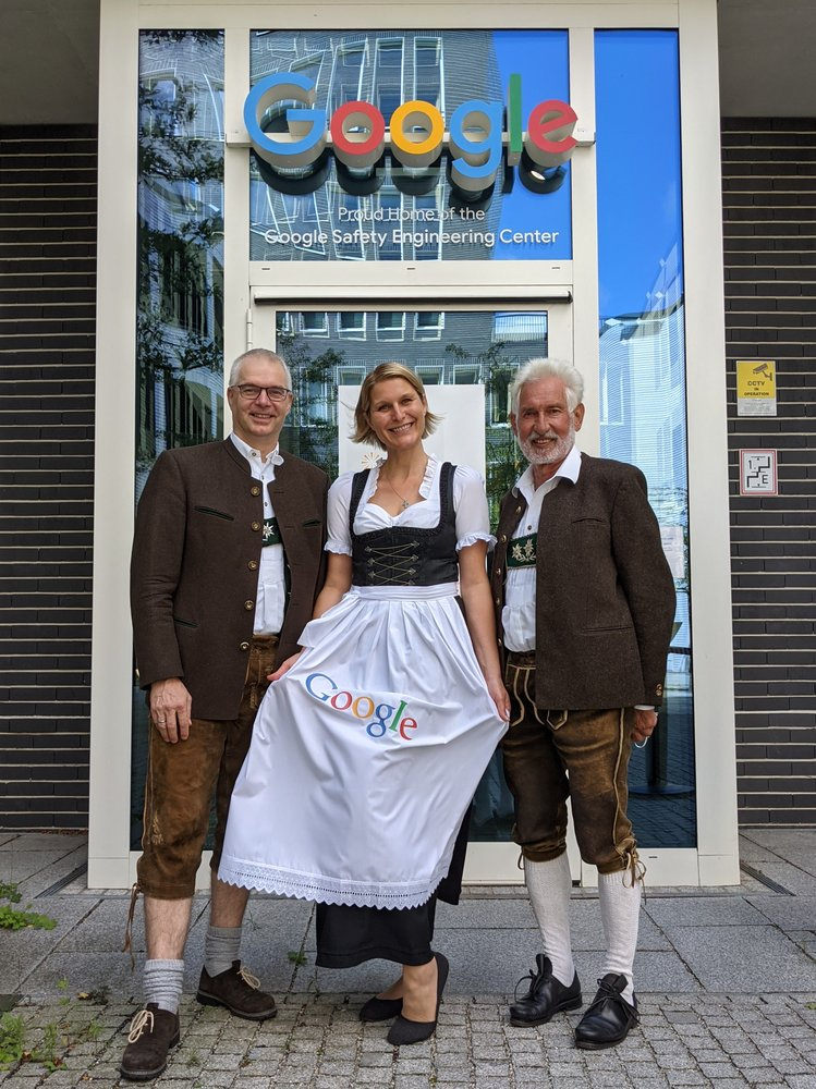 Ein Foto von Wieland Holfelder (Entwicklungschef Google Deutschland), Bianca Keybach (Ehemalige Tourismus-Chefin Oberstaufen) und Walter Grath (Ehemaliger Bürgermeister Oberstaufen)