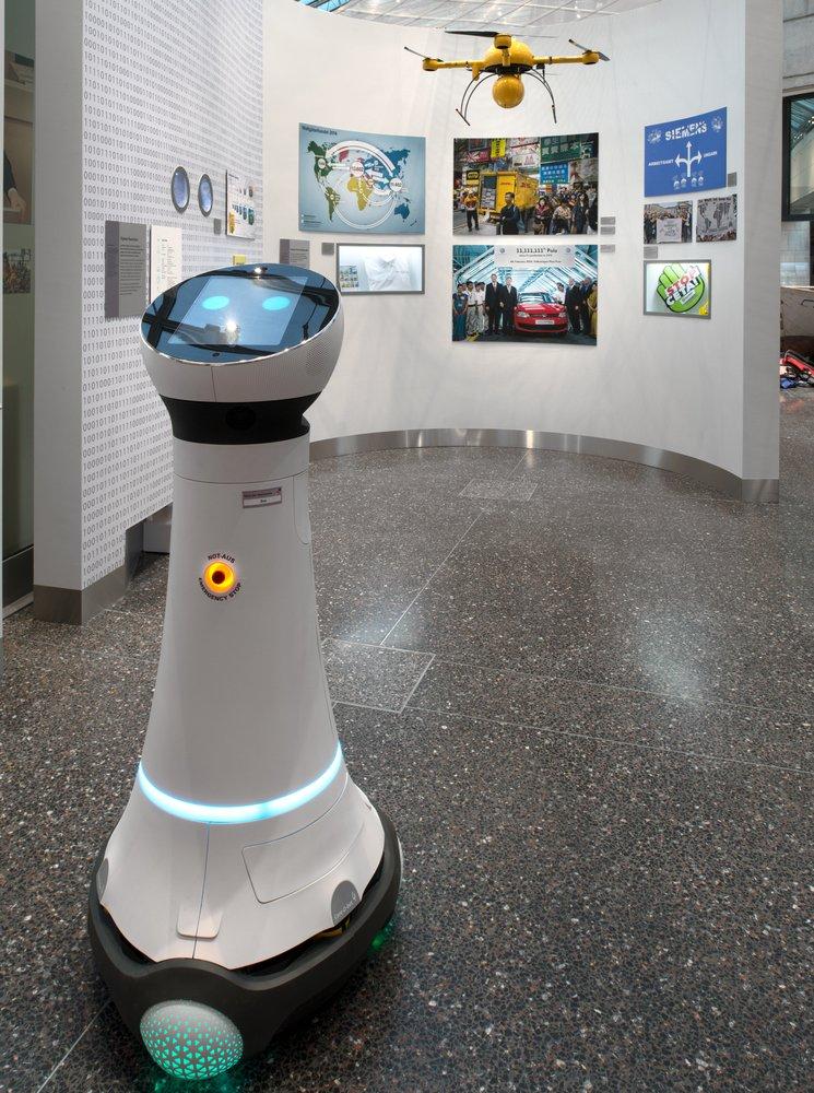 Ein Foto eines Roboters in einem Ausstellungsraum