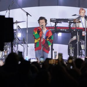 Why people are wild about Harry Styles' sweater