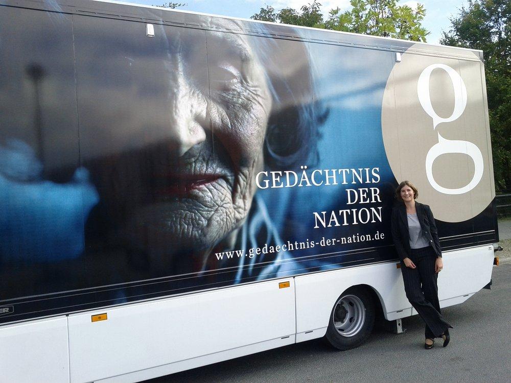 Kathrin Hülsmann steht vor einem Bus
