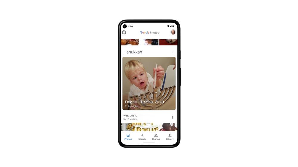 Image montrant un téléphone Pixel avec des photos tirées vers le haut.  Une photo de souvenir de l'événement met en évidence Hanoukka.