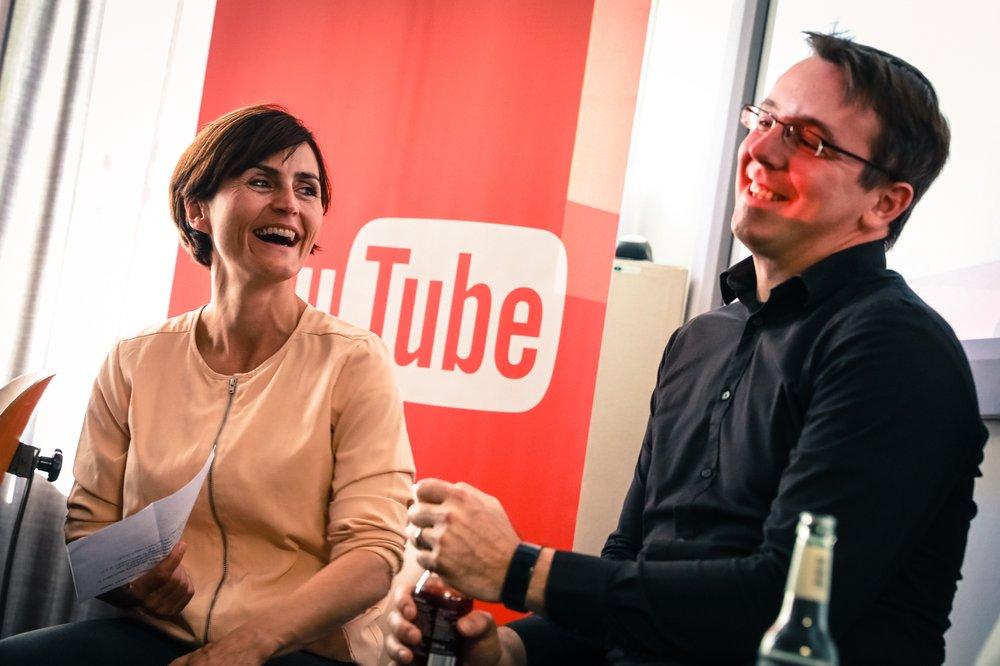 Ein Foto zeigt Stephanie Renner im Gespräch mit einem Mann