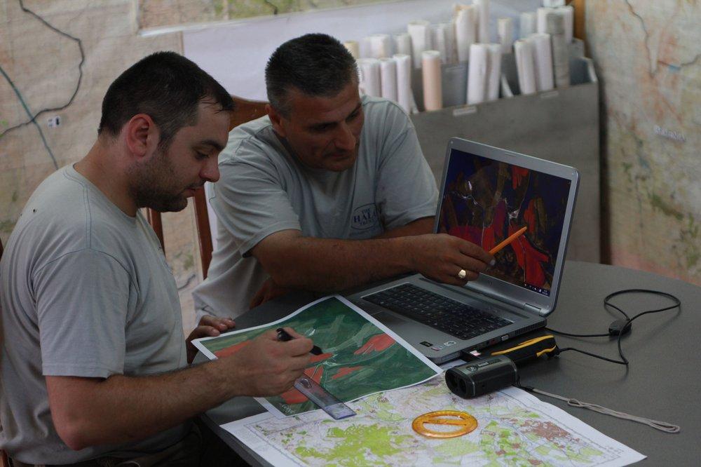 Due membri dello staff HALO nel Nagorno Karabakh studiano i campi minati con Google Earth