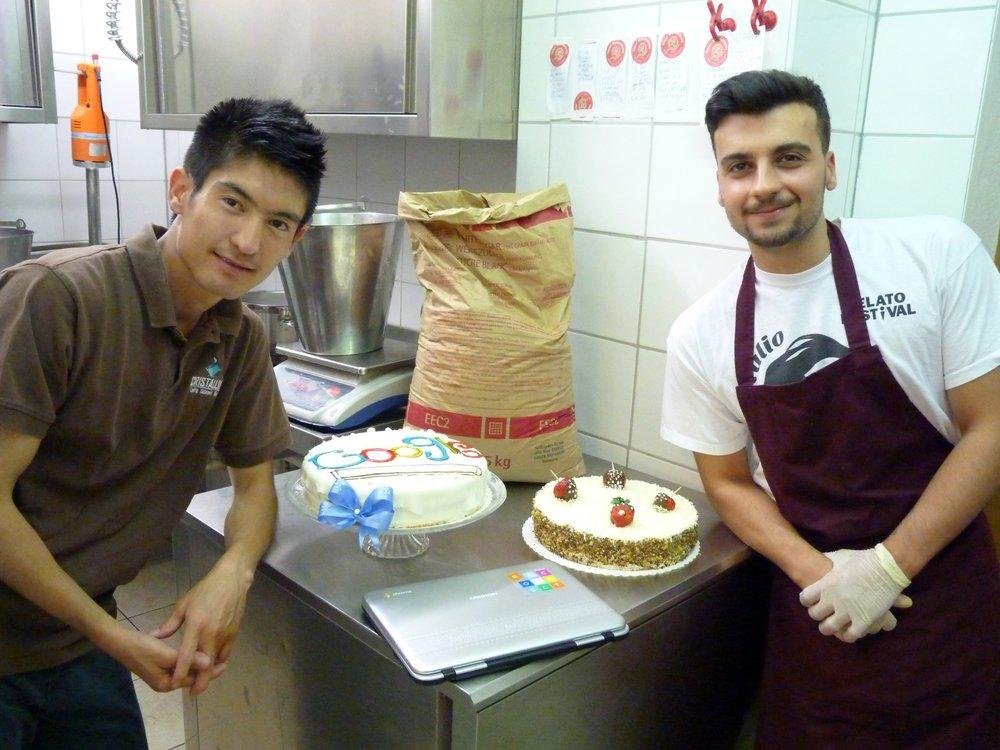 Foto, das Hamid in der Backstube mit einer Torte und einem anderen Mann zeigt