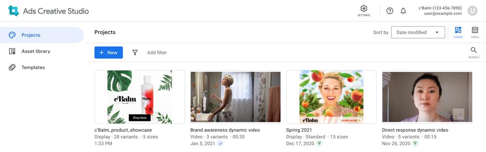 Vier Quadrate, die verschiedene Markenkampagnen für Display und Video in der Projektbibliothek von Ads Creative Studio darstellen