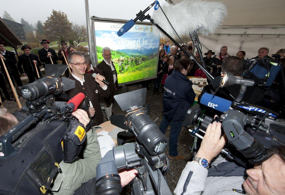 """Ein Foto von Wieland Holfelder und Oberstaufens Bürgermeister Walter """"Bürgi"""" Grath, die Interviews vor Kameras geben"""