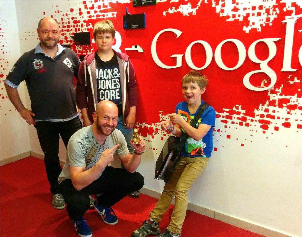 Ein Foto zeigt Michael, Timm und Henri Wiethe (v. l.) mit dem damaligen Google-Pressesprecher Klaas Flechsig