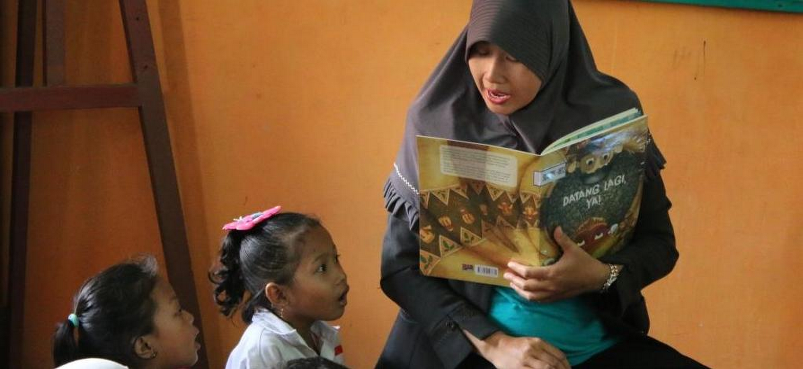 Siti Arofa reads to students at SD Negeri Sidorukan school