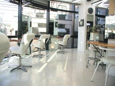 髪倶楽部ジェイ・ウォーク - ガラス張りの明るい空間でリラックスはいかがですか?