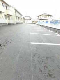 ファミーユ 105号室の駐車場