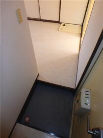 サープライス 102号室の玄関