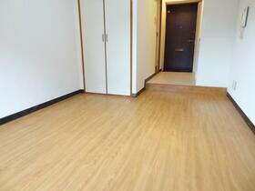 スプリーム横浜 206号室のリビング