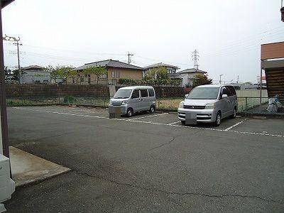 ガーデンヒルズ 101号室の駐車場