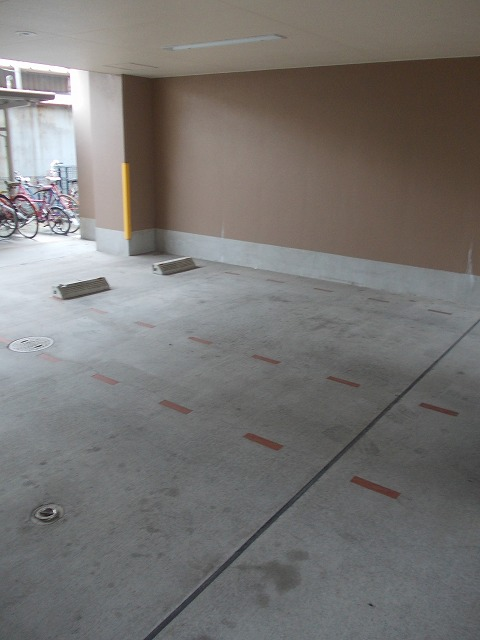 ヴィラ清寿 402号室の駐車場