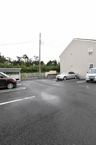 テンダーネスA 01010号室の駐車場