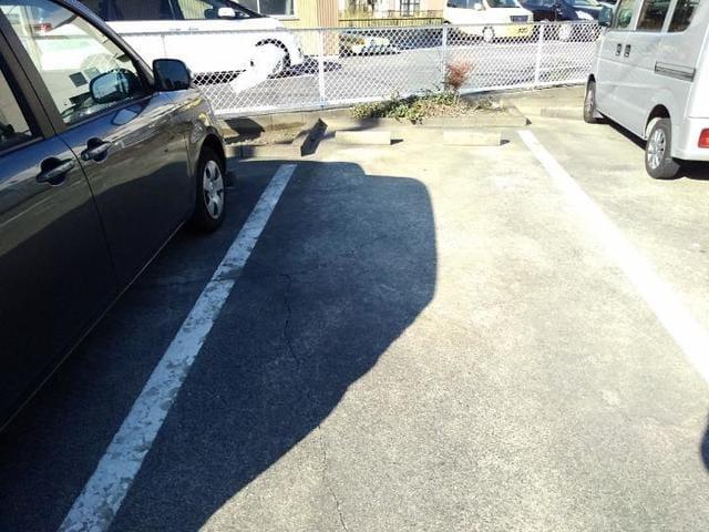 エステートKU 201号室の駐車場
