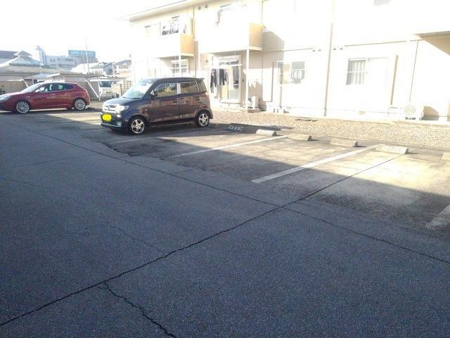 ロイヤルエステート神明A 01020号室の駐車場
