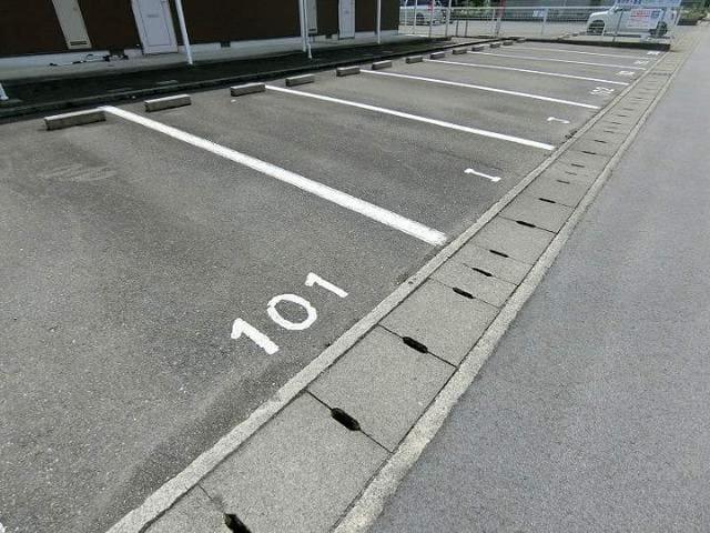 ドリーミー山中D 02010号室の駐車場