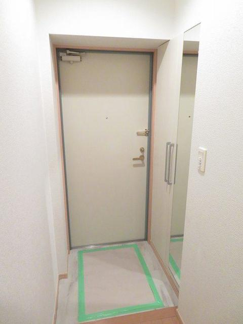ローヤル ヒルコートM 101号室の玄関
