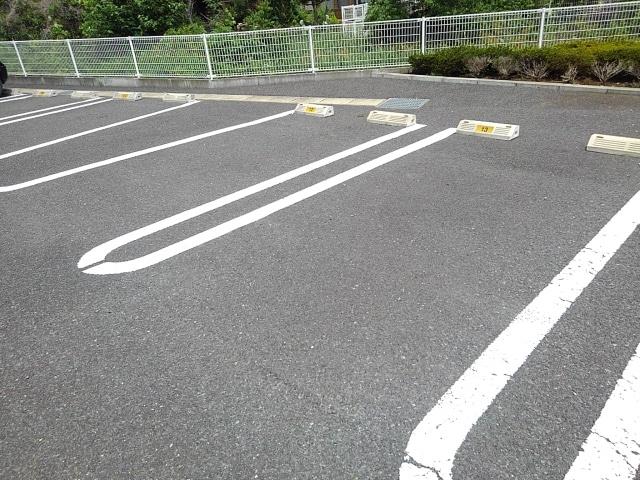 レジェンド B 01010号室の駐車場
