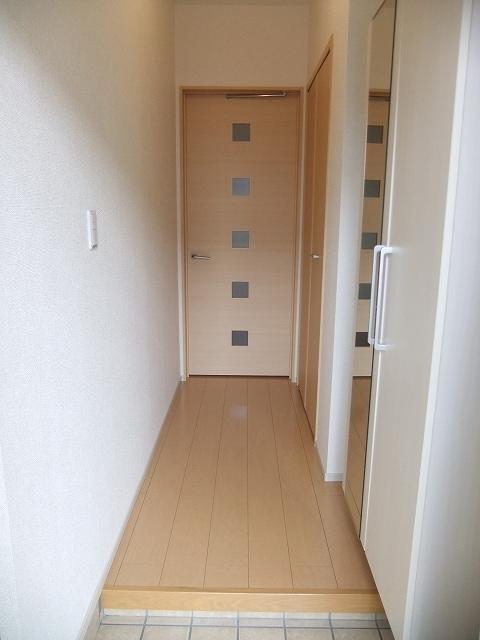 ビリーヴD 01010号室の玄関