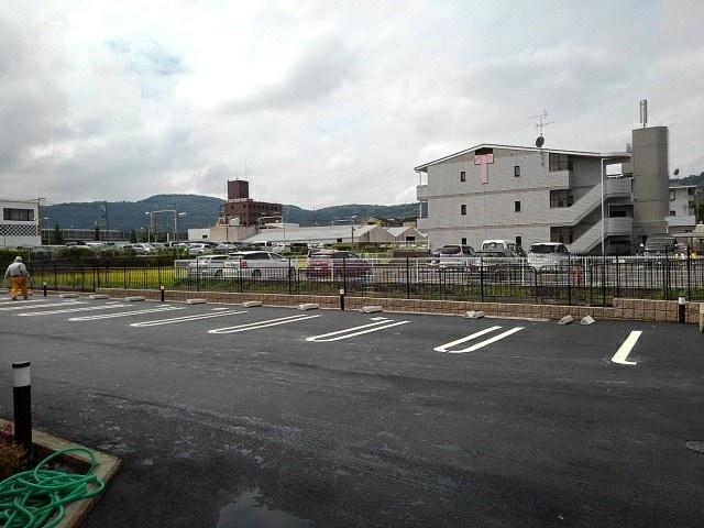 フルール小柳 105号室の駐車場