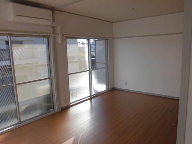 第2松田ビル 301号室のリビング