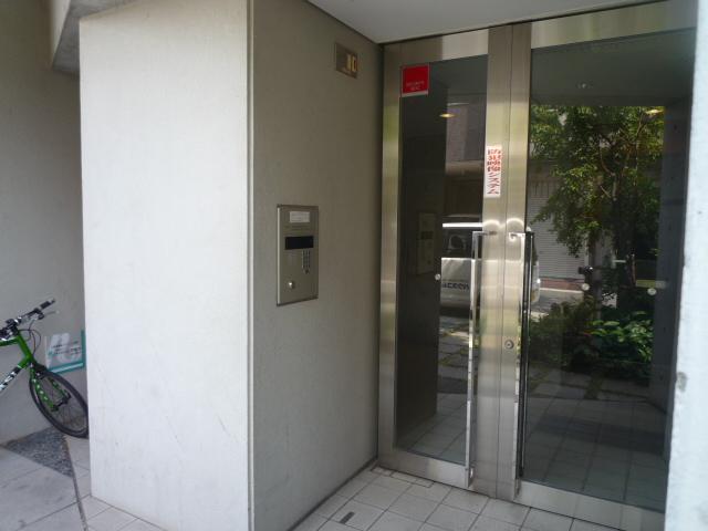 レーヴェ K&M 4C号室のエントランス