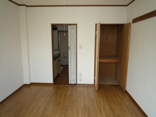 サープラスワン サザンクロス 102号室のリビング