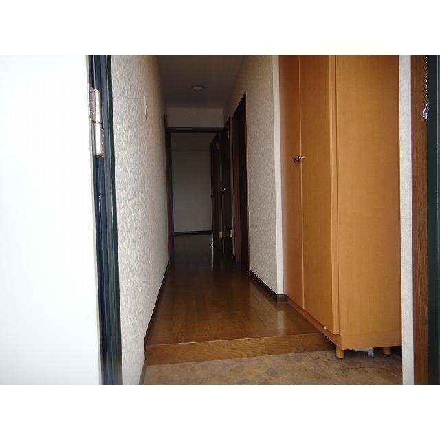 アゼリアコート 404号室の玄関