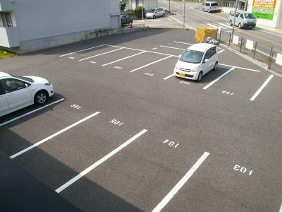 青木ヒルズα-3 203号室の駐車場