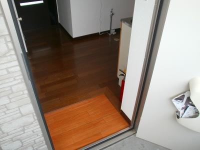 青木ヒルズα-3 203号室の玄関