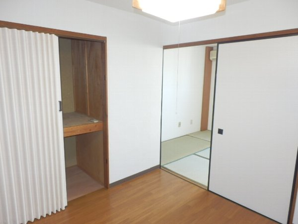 マニヤ・パーク・ハイツ 302号室のリビング