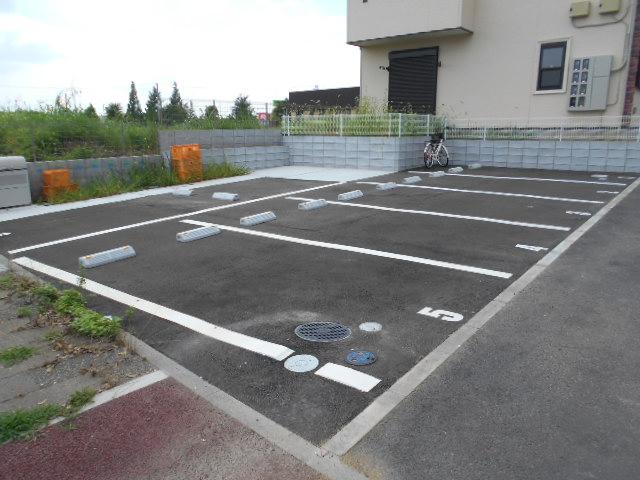 REPOS 203号室の駐車場