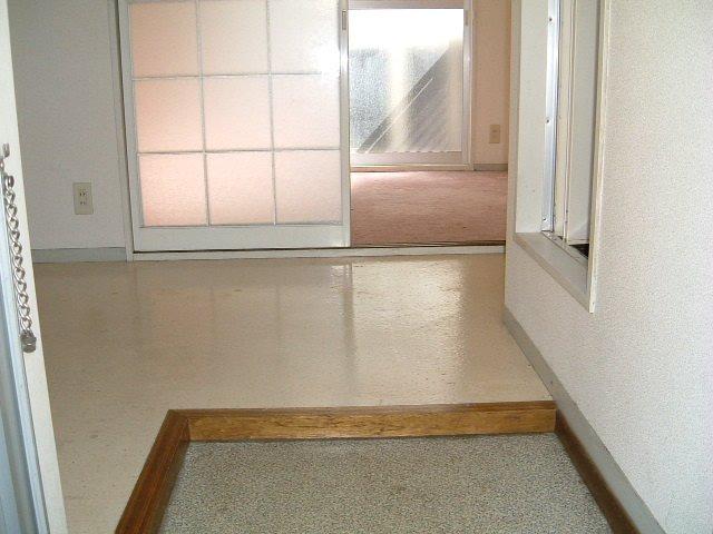 ネオフラッツ三山 102号室の玄関
