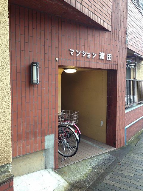 マンション渡田 302号室のエントランス