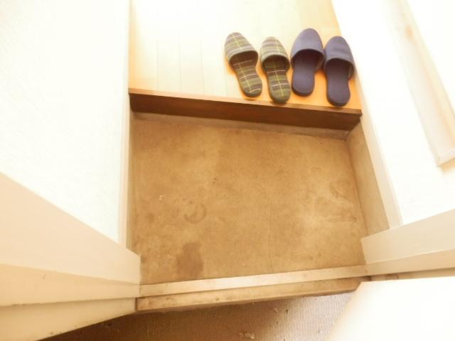 石山荘 E号室の玄関