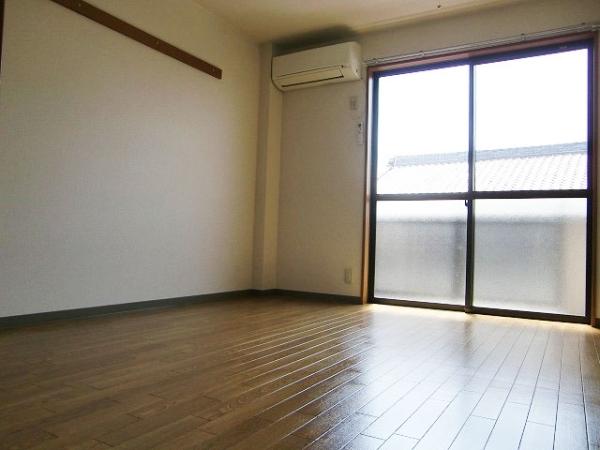 サンプレミア前芝西 207号室のリビング