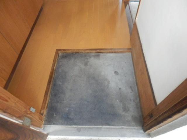成光荘 203号室の玄関