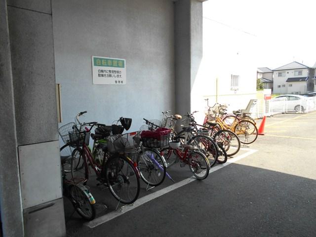 プルミエール 302号室の駐車場