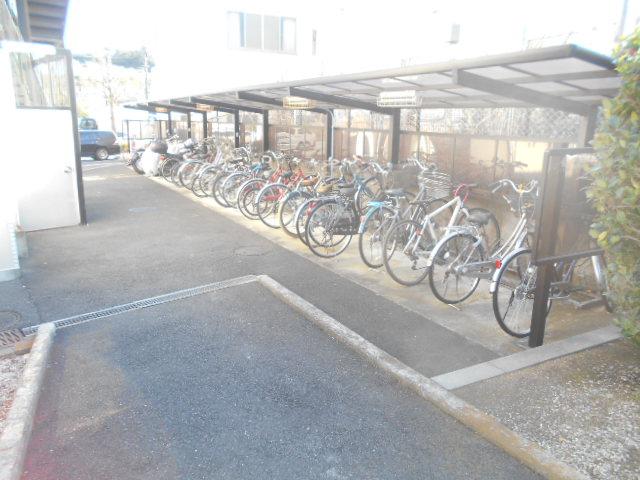 ジュネス桜ヶ丘 505号室の駐車場